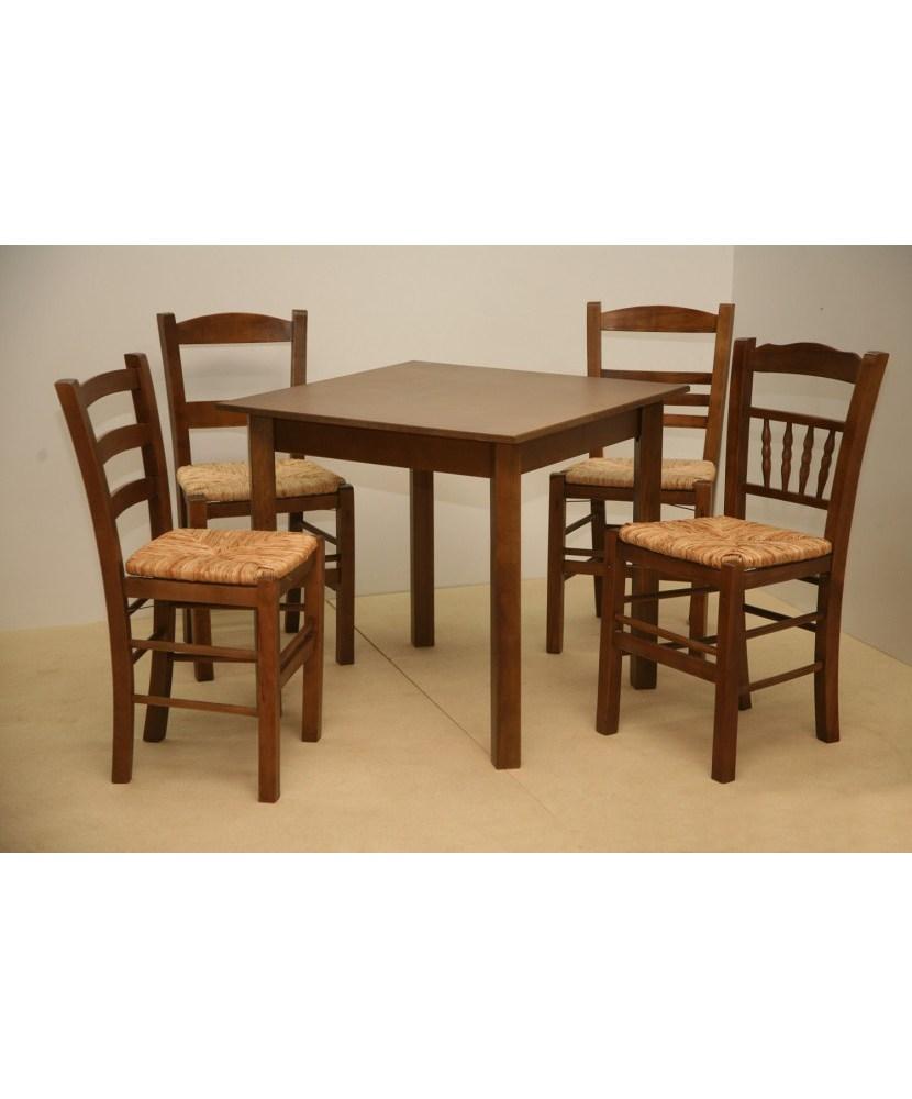 Traditioneller Holztisch