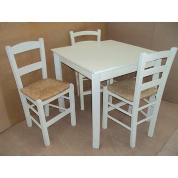 Tradycyjny drewniany stół na Cafe, Ouzeri, kafeteria, restauracja, tawerna, bistro, pub, kawiarnia